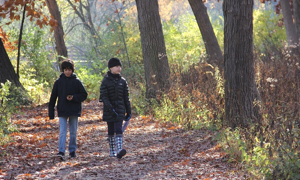 girls-hiking-Fullersburg-Woods