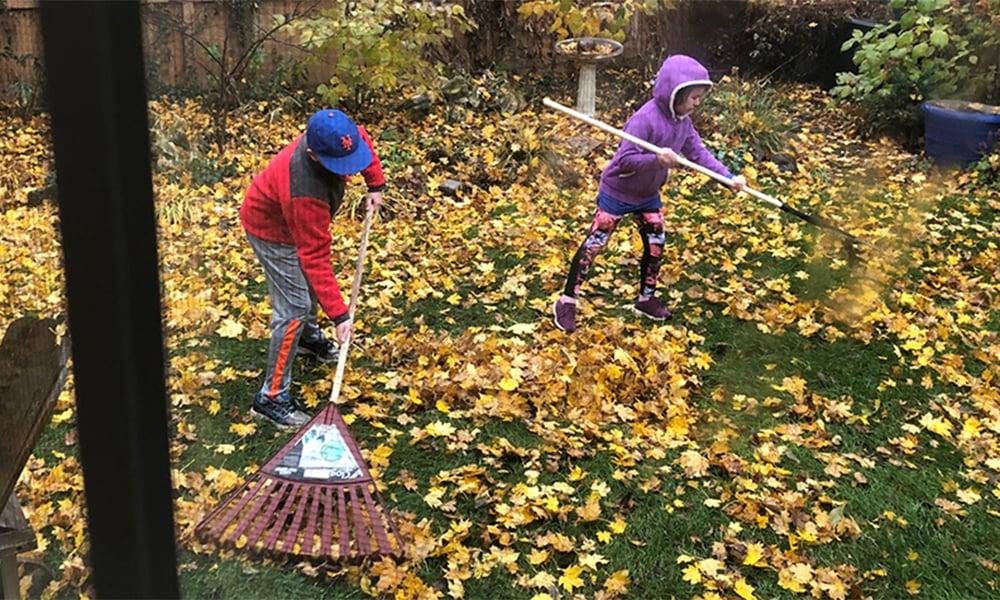 kids-raking-leaves