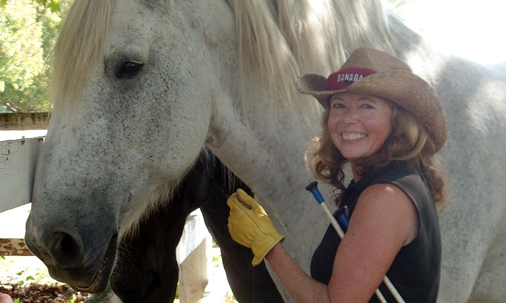 danada-volunteer-wth-gray-horse