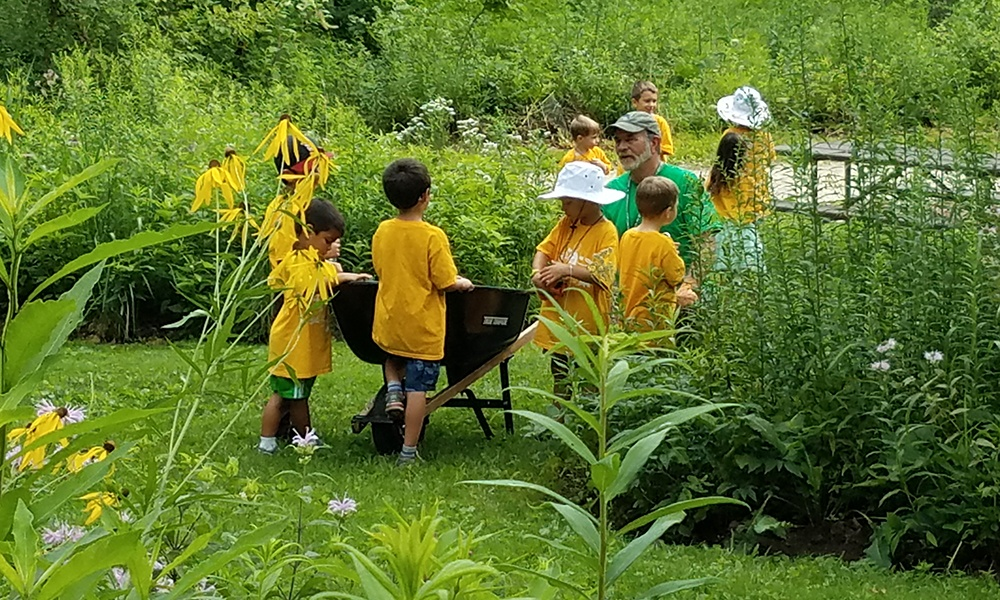 fullersburg-woods-volunteer-teaches-children